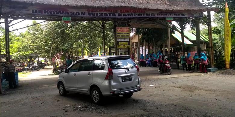 Pintu gerbang wisata Kampoeng Anggrek di Kediri, Jawa Timur, Minggu (11/2/2018).(KOMPAS.com/ M AGUS FAUZUL HAKIM)